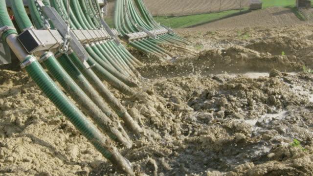 ms spargere letame liquido su un campo - fertilizzante video stock e b–roll