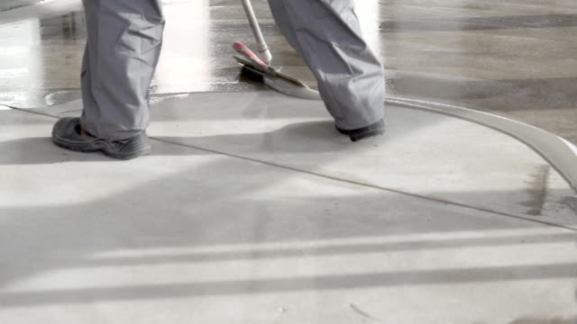 spridning flytande skyddande skikt på cementgolv - construction workwear floor bildbanksvideor och videomaterial från bakom kulisserna