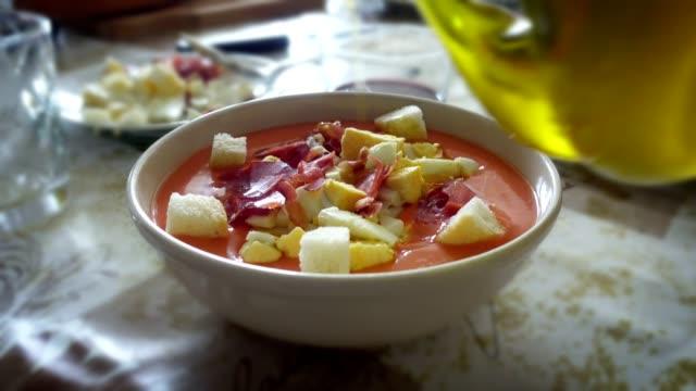 vídeos y material grabado en eventos de stock de aceite de oliva, el salmorejo cordobés, una sopa de tomate español típico de separarse - comida española