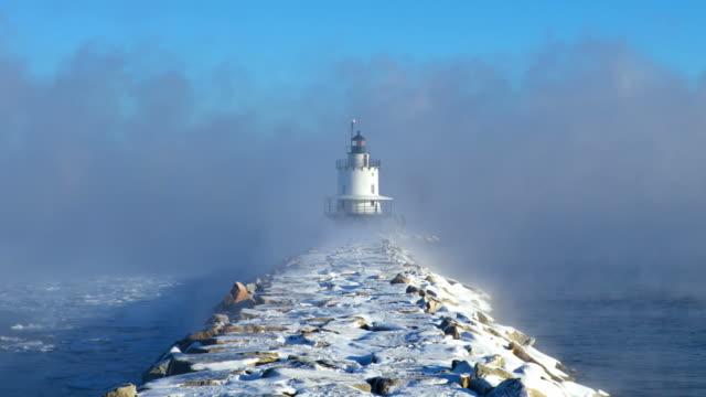 bahar noktası çıkıntıya ışık arctic deniz duman - dalgakıran stok videoları ve detay görüntü çekimi
