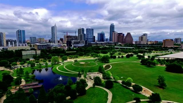 スプリング時間のダウンタウンオースティンテキサスの「bliss (ブリス)」にモダンな公園と街並みの眺め - 緑 ビル点の映像素材/bロール