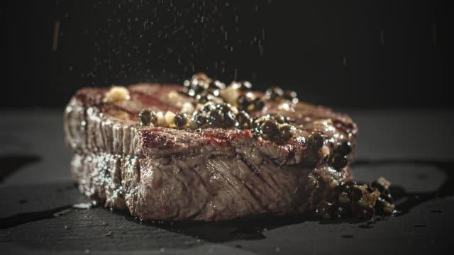 schwarzer pfeffer nach steak beef gesprungen - steak stock-videos und b-roll-filmmaterial