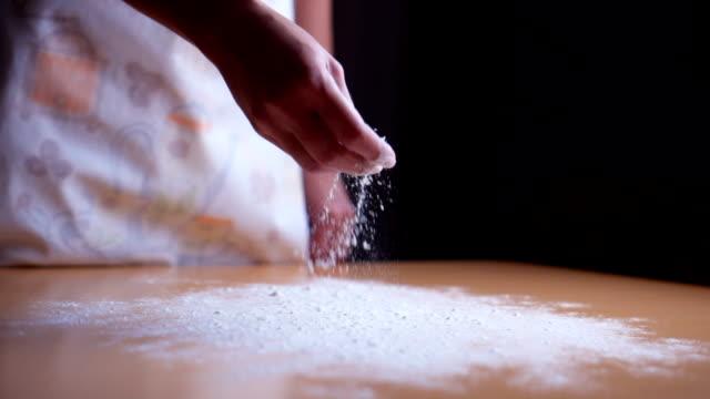 在桌子上灑麵粉 - future 個影片檔及 b 捲影像