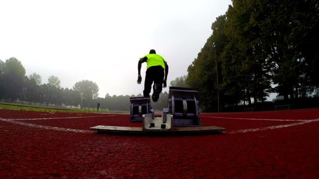 vidéos et rushes de sprinter se déroule sur les starting block - starting block