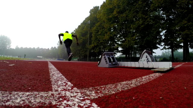Sprinter runs off the starting block video