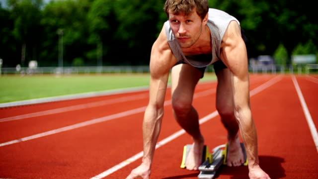 vidéos et rushes de ralenti: sprinteur - starting block
