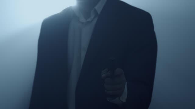 スパイはピストルを引き出す。 - スパイ点の映像素材/bロール