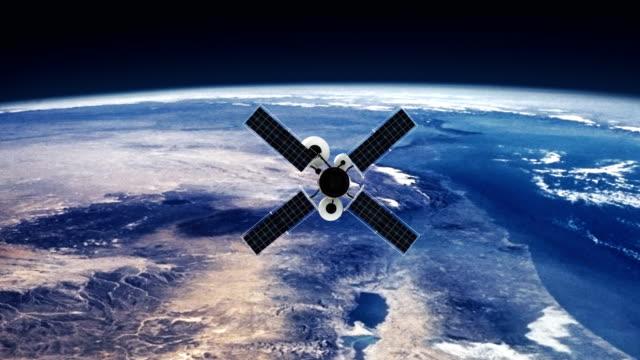spy satellit kretsande jorden. bilder från nasa public domain - parabolantenn bildbanksvideor och videomaterial från bakom kulisserna