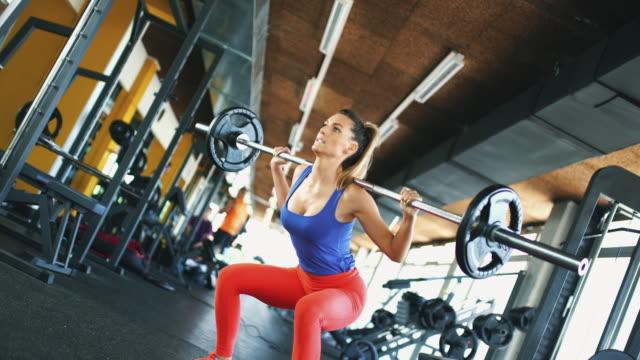 vídeos de stock e filmes b-roll de squat workout. - agachar se