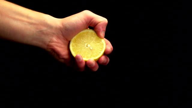 vídeos y material grabado en eventos de stock de exprimir un limón - cámara lenta - estrujar