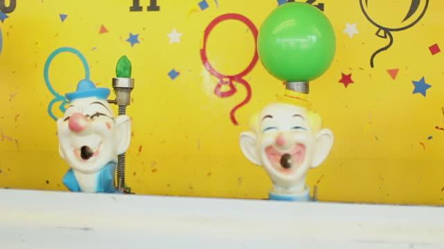 아케이드에서 광대 입 게임에 분출 물 - 사육제 스톡 비디오 및 b-롤 화면