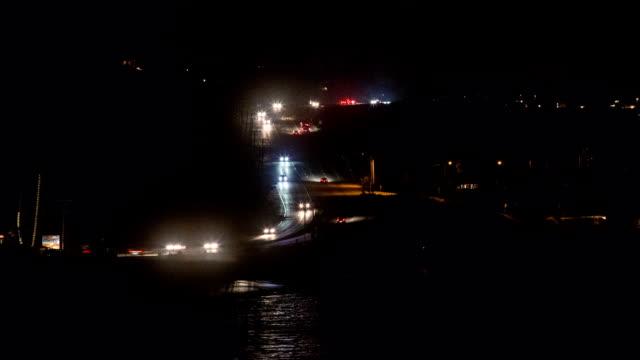stockvideo's en b-roll-footage met s-vormige verkeerspatronen langs de kust van californië.  timelapse. - s