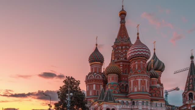 st. basils cathedral vid sunset hyperlapse i moskva, ryssland 8k - kreml bildbanksvideor och videomaterial från bakom kulisserna