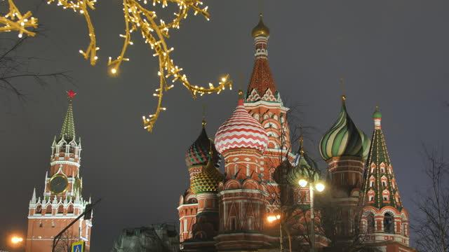 st basil's cathedral på röda torget mot bakgrund av juldekorationer - moskva bildbanksvideor och videomaterial från bakom kulisserna