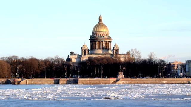 st isaac cathedral and neva river in winter, saint-petersburg - isakskatedralen bildbanksvideor och videomaterial från bakom kulisserna