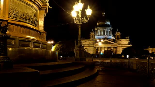 st. isaac's cathedral in saint petersburg at night, russia - isakskatedralen bildbanksvideor och videomaterial från bakom kulisserna