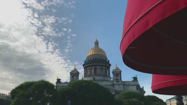 st isaacs katedral har utsikt ut bakom träden. - stenhus bildbanksvideor och videomaterial från bakom kulisserna
