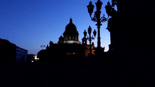zoom: st. isaac's cathedral silhouette in white night - isakskatedralen bildbanksvideor och videomaterial från bakom kulisserna