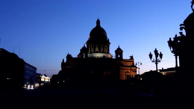 pan: st. isaac's cathedral silhouette in white night - isakskatedralen bildbanksvideor och videomaterial från bakom kulisserna