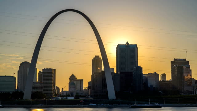 st louis sunset time lapse with river and arch 4k 1080p - missouri стоковые видео и кадры b-roll