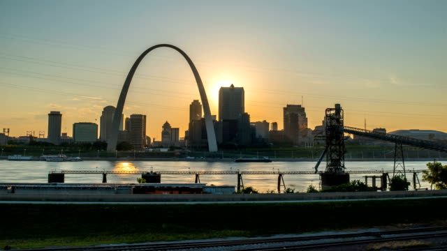 st louis sunset time lapse with river and arch 4k 1080p - st louis filmów i materiałów b-roll