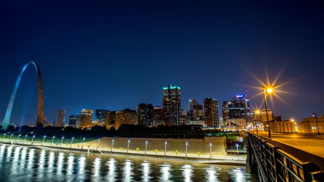 st louis time lapse of skyline at night with bridge 4k 1080p - st louis filmów i materiałów b-roll