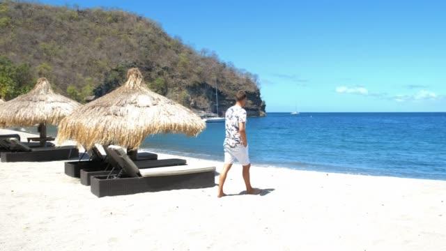 st lucia anse chastanet stranden saint lucia karibien med lyxiga solstolar på stranden - lucia bildbanksvideor och videomaterial från bakom kulisserna