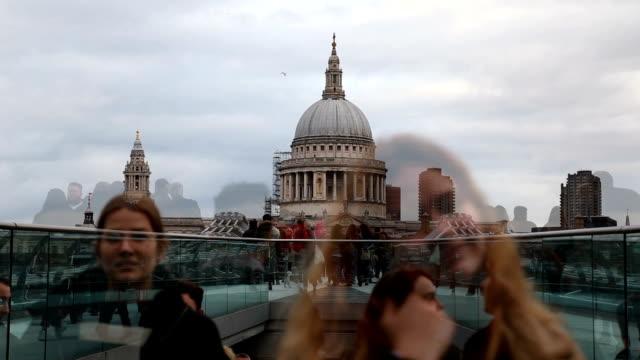 vídeos de stock, filmes e b-roll de catedral st. paul e a ponte millennium - perspectiva espacial