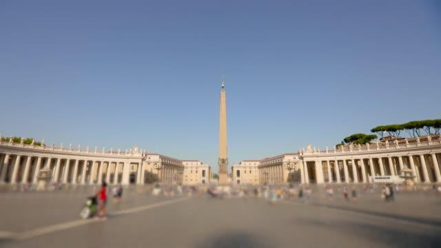 st. peter meydanı genel planı genel uçak. st. peter meydanı'nda birçok insan meydanda yürüyor. i̇talya, roma, - pope francis stok videoları ve detay görüntü çekimi