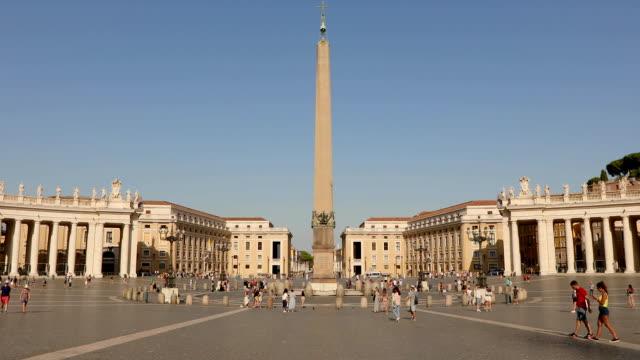st. peter meydanı'nın genel planı. st. peter meydanı'nda birçok insan meydanda yürüyor. i̇talya, roma, - vatikan şehir devleti stok videoları ve detay görüntü çekimi
