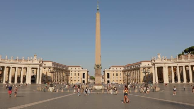 st. peter meydanı'nın genel planı. st. peter meydanı'nda birçok insan meydanda yürüyor. i̇talya, roma, - obelisk stok videoları ve detay görüntü çekimi