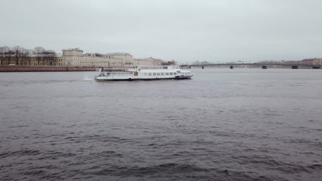St. Petersburg, the embankment of the Neva River - vídeo