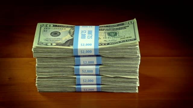 куча 20 доллар законопроекты - dollar bill стоковые видео и кадры b-roll