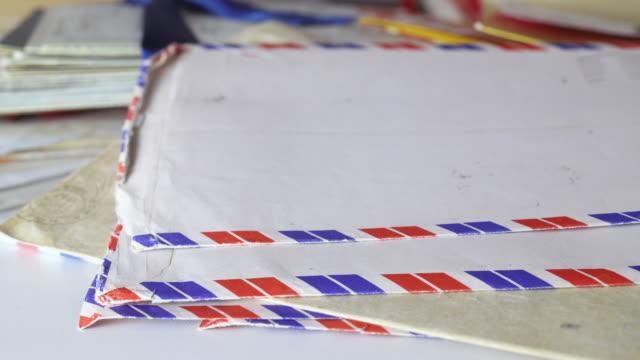 vídeos de stock, filmes e b-roll de pilha de cartas aéreas - e mail
