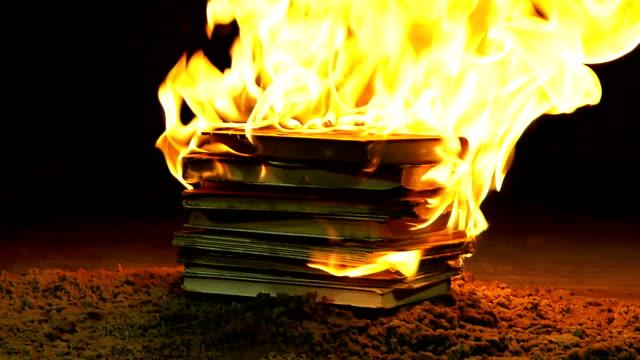 燃焼書籍のスタック - 本点の映像素材/bロール