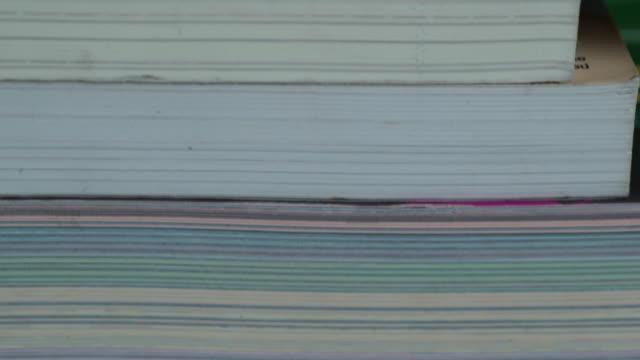 tu: trave böcker - lagbok bildbanksvideor och videomaterial från bakom kulisserna