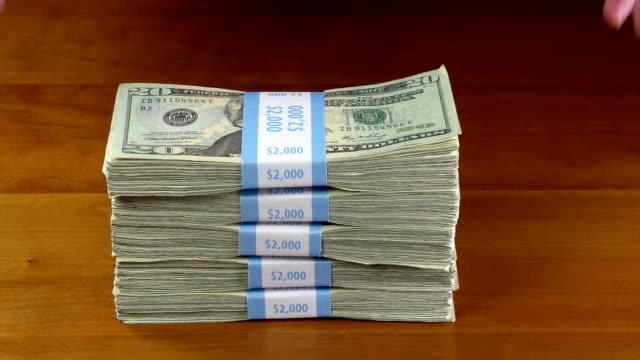 куча денег - dollar bill стоковые видео и кадры b-roll