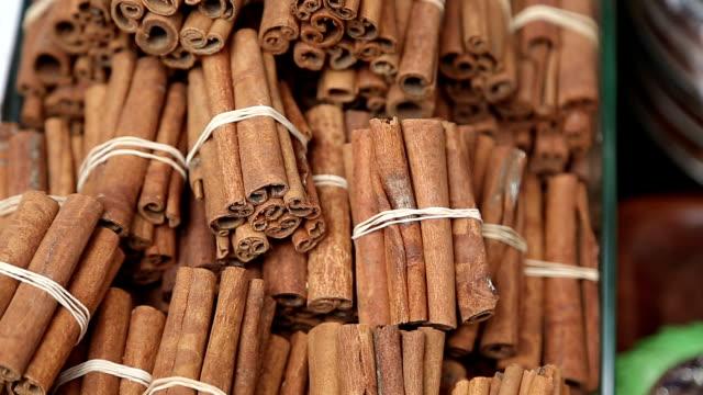 stockvideo's en b-roll-footage met stack of cinnamon in turkish bazar - schors