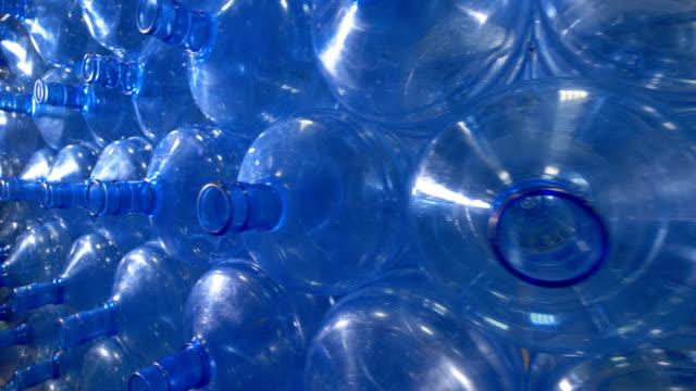 en bunt tomma 5 gallon flaskor. - pet bottles bildbanksvideor och videomaterial från bakom kulisserna