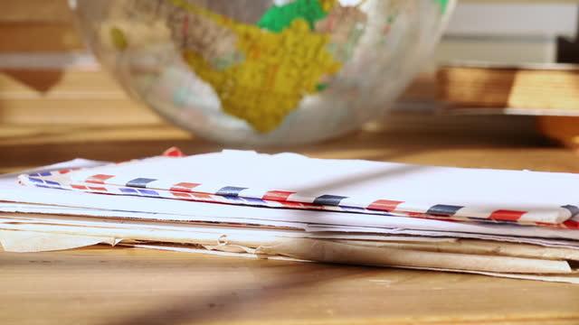 vídeos de stock, filmes e b-roll de pilha de cartas abertas de correio aéreo - correio correspondência