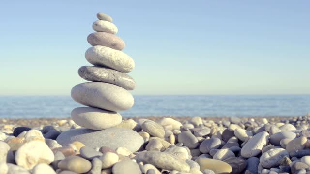 해변의 pebbles 스택 - wellness 스톡 비디오 및 b-롤 화면