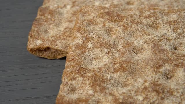 vidéos et rushes de pile de pains croustillants de seigle pour le petit déjeuner de régime - seigle grain