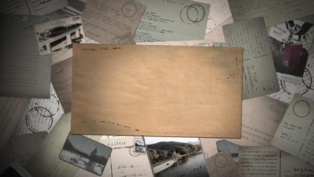vidéos et rushes de pile de cartes postales vintage avec carte d'espace au premier plan - carte postale