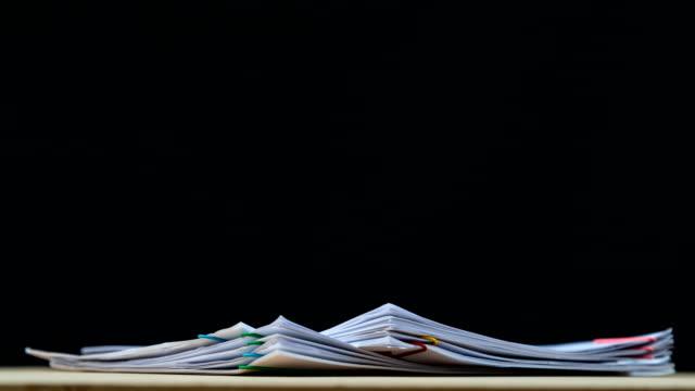 vídeos y material grabado en eventos de stock de apile el papel de informe de documentos de sobrecarga con el lugar del clip y copie el espacio en el fondo verde, el material de archivo del concepto de negocio sin papel utilizado – 4k stop motion. - montón