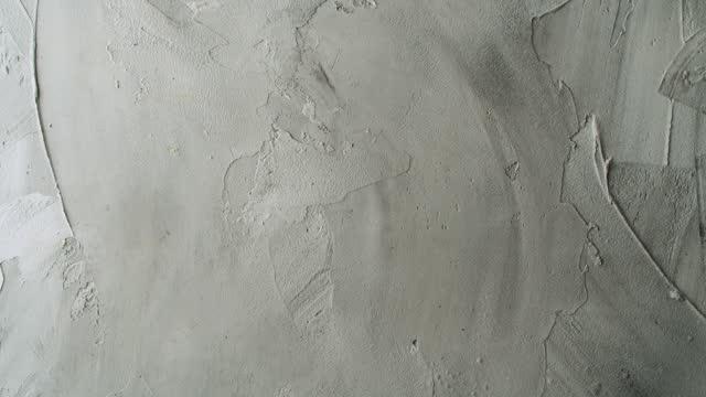 vídeos de stock, filmes e b-roll de superfície de parede empilhada pintada de branco - wall texture