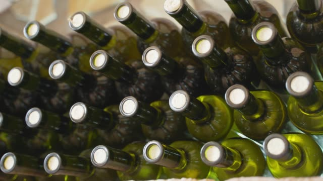 누적 된 와인 병 - 와인병 스톡 비디오 및 b-롤 화면