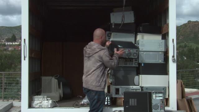 rifiuti elettronici di impilamento computer - industria elettronica video stock e b–roll