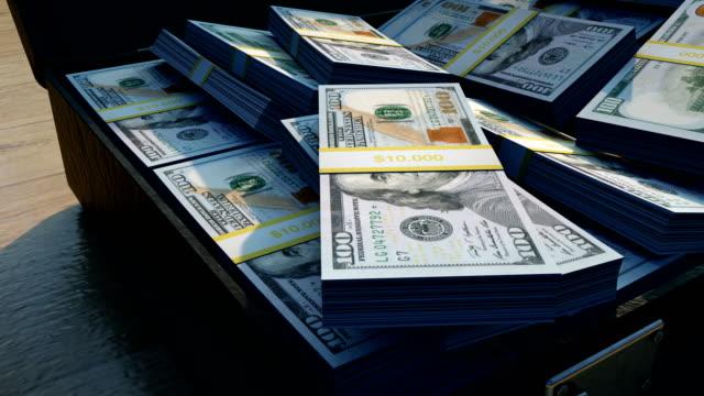 stosy nowych banknotów 100 dolarów w teczce - money filmów i materiałów b-roll