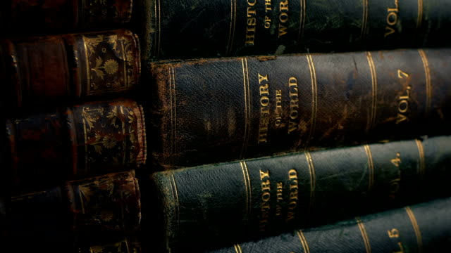 stockvideo's en b-roll-footage met stapels van oude boeken schot verplaatsen - boekenkast