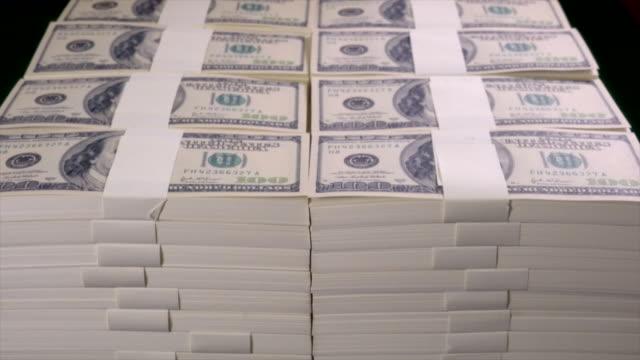 vídeos y material grabado en eventos de stock de fajos de dólares estadounidenses en cien billetes de dólar. - montón